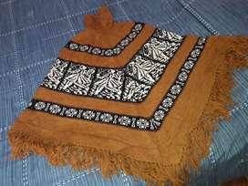 poncho de lana con cierre tejido a mano
