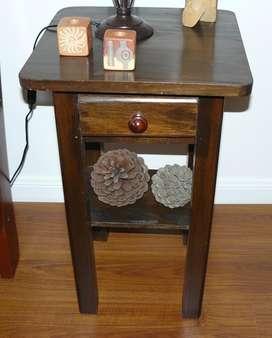 Juego de dos mesas de arrime de madera con cajón y estante - BELGRANO, C.F.