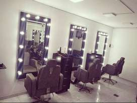 sillas, espejo y cajonera de peluqueria