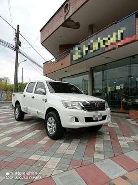 Toyota Hilux Diesel Servicio Especial camioneta 4x4 blanca doble cabina placa blanca pública Permuta