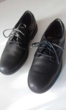 Zapatos marca Claks clasicos, niño