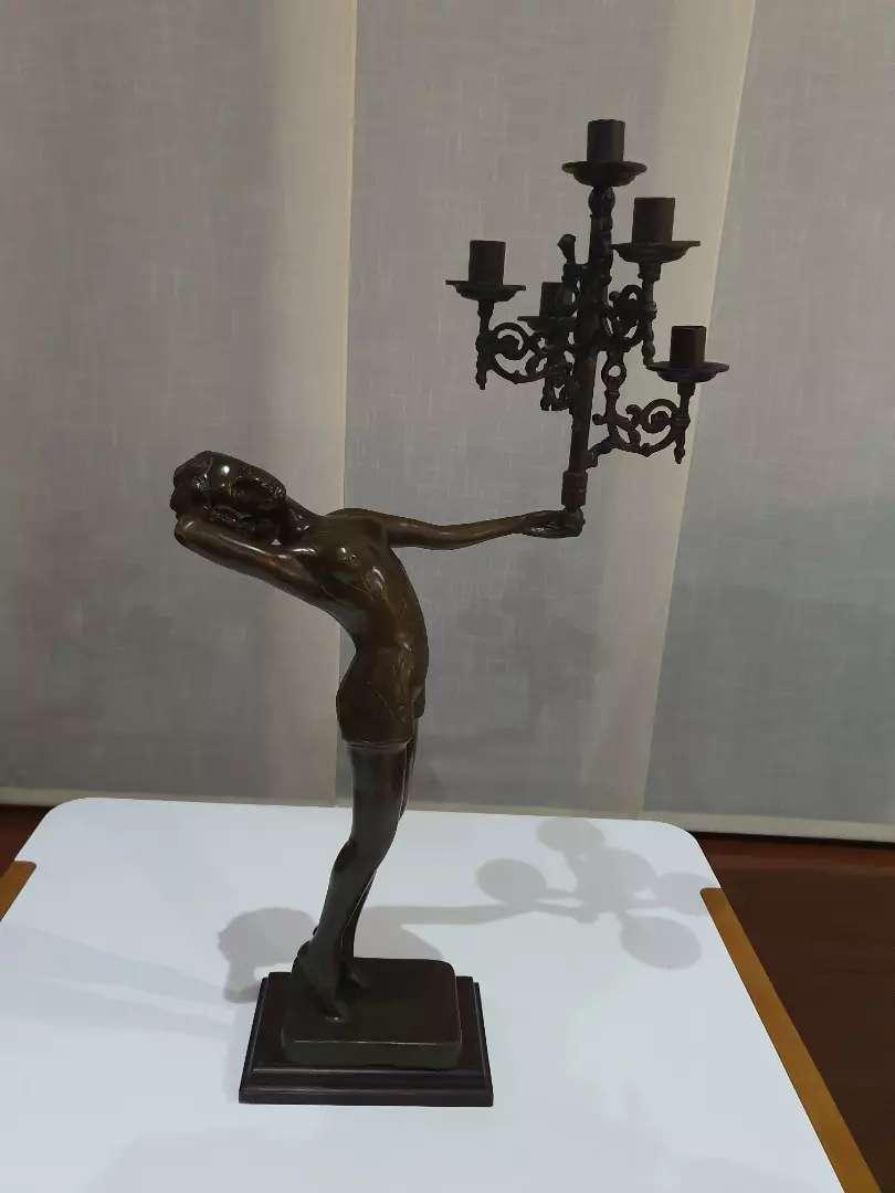 Escultura mujer con candelabro, bronce 0