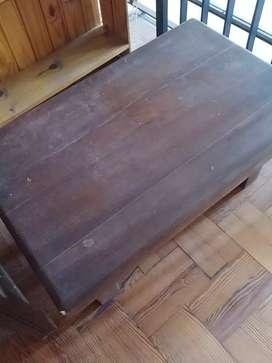 Mesa ratona antigua de algarrobo
