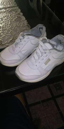 Vendo zapatos escolares Blancos para niños.