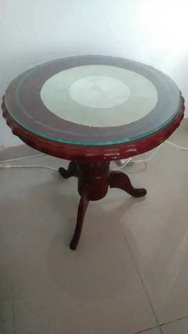 Hermosa mesa Redonda de madera muy bna y con un vidrio gruso