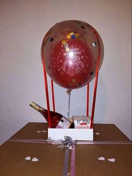 Arreglo globo aerostático, chocolates y vino