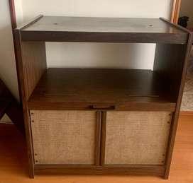 Mesa para TV estilo rústico, puertas en mimbre