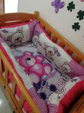 Se vende cuna en madera con colchón más lencería