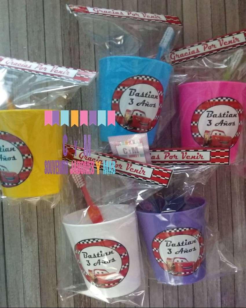 Souvenir Vaso plástico personalizado con cepillo dental infantil 0
