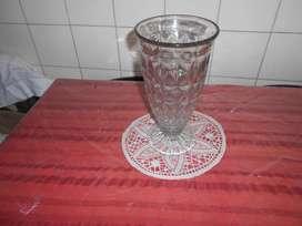 Florero de vidrio tallado