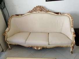 Elegante y lujosa Sala tallado colonial en cedro.