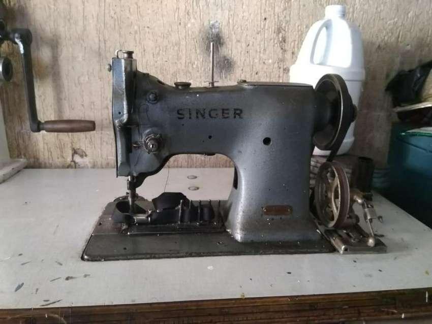 Máquina de coser riveteadora plana triple transporte marca SINGER 0