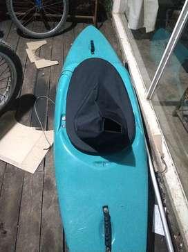 Kayak cerrado corto rapidos mar .