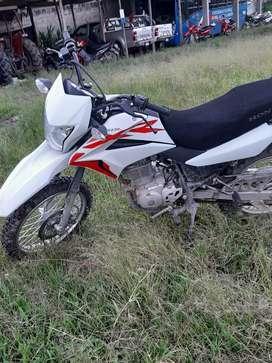 Vendo mi moto marca honda modelo XR150L color blanco año 2019 4 meses de uso