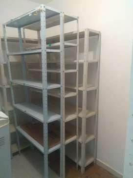 Vitrina, estantes, sillas