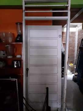 Puerta con marco y chapa en buen estado