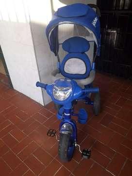 Hermoso Triciclo paseador niño