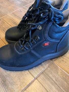 Botas negras  nuevas, marca bata