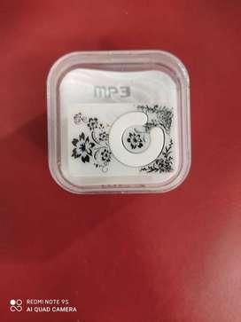 MP3 SIN VISOR SOPORTA UN TARJETA DE 8 GB VIENE CON CABLE DE CARGA Y AURICULARES