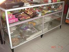 mostrador de vidrio y ralladora de pan