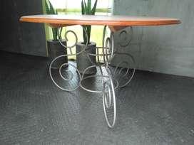 Mesa madera mascisa con patas de hierro