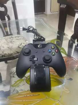 Control de Xbox one con su cargador