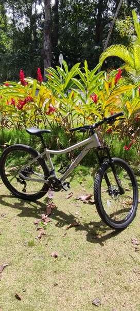 Bicicleta GW Deer color gris con morado