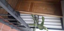 Vendo hermosa puerta de madera color natural y reja en hierro forjado