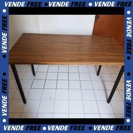 Mesa de fórmica con patas metálicas