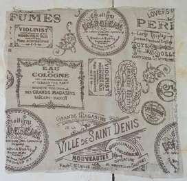 Funda estampada motivo sellos sin cierre 47 x 47 cm.