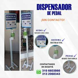 Dispensadores de gel a pedal.