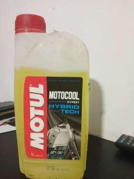 Líquido refrigerante para moto Marca motul prácticamente lleno