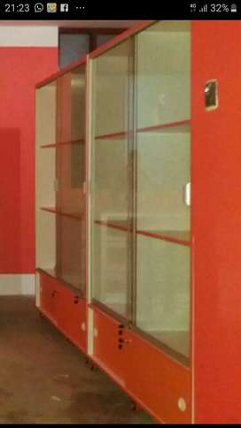 Vendo 2 vitrinas de vidrio y melamine con rueditas muy bien concervado, su precio es S/1500. A tratar