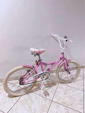 Bicicleta de marca monarette color rosa con blanco,
