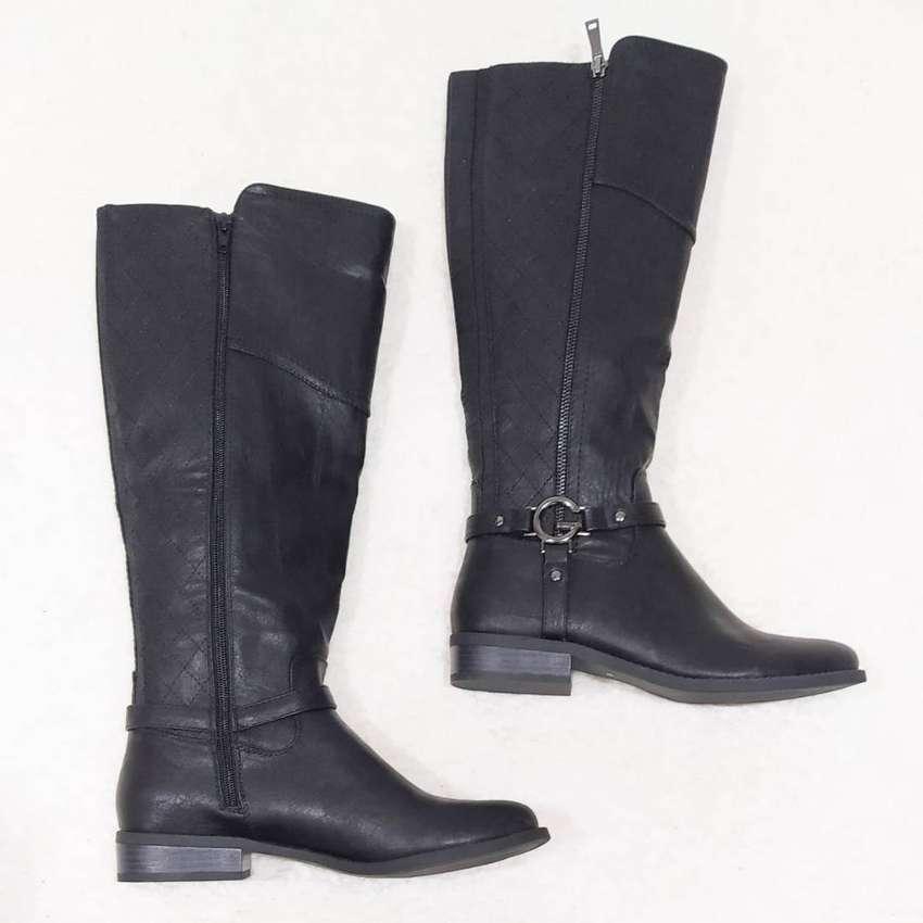 Botas negras, marca Guess, talla 39.