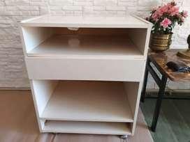Mesa de comp melamina c/ruedas y cajón