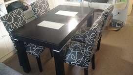 Mesa de wengué y 4 sillas tapizadas de chenille
