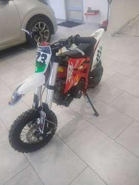 SE VENDE EXCELENTE MOTO CROOS 50cc PARA NIÑO MOTOR 4 TIEMPOS