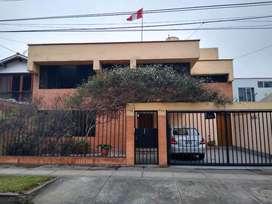 ID 117027 Venta de Amplia Casa bien iluminada frente a parque ubicada en San Borja Sur