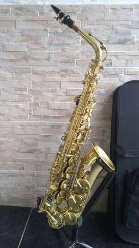 Saxofón Alto Jimbao con estuche y boquilla usado