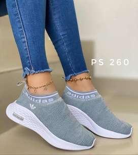 zapatos deportivos color gris y rosado