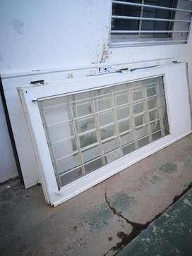 Puerta de chapa doble hoja con vidrio y reja