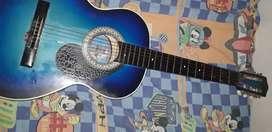 Se vende guitarra acustica hermosa , con 4 cuerdas de repuesto