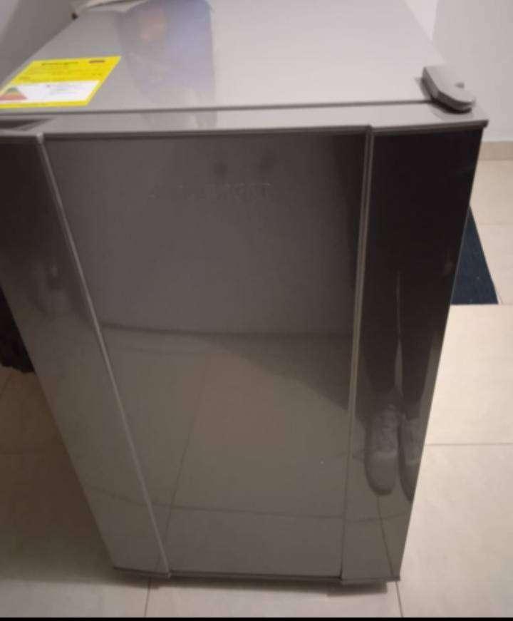 Minibar Challenger gris con congelador   2 meses de uso