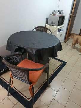Mesa redonda con 2 sillas tipo silloncitos más almohadones