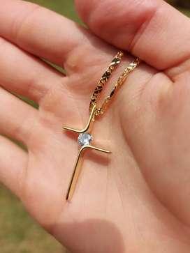 Conjunto Cadena Destellos y Cruz con cristal en oro laminado de 18k