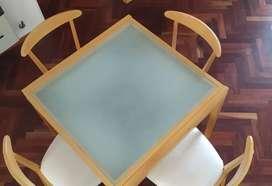 Juego mesa extensible y 4 sillas madera guatambú en perfecto estado.