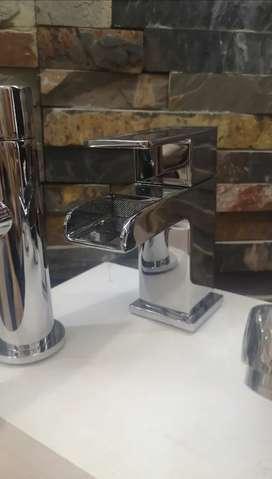 Llave tipo cascada para lavamanos