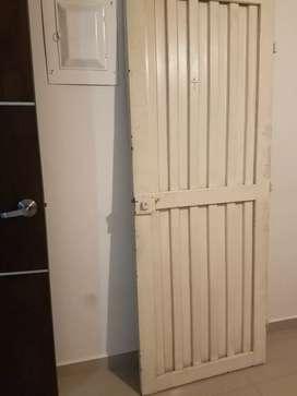 Puerta metálica con chapa