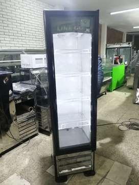 Hermosa nevera de refrigeración vertical